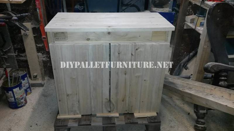 Bathroom furnished with pallets 3
