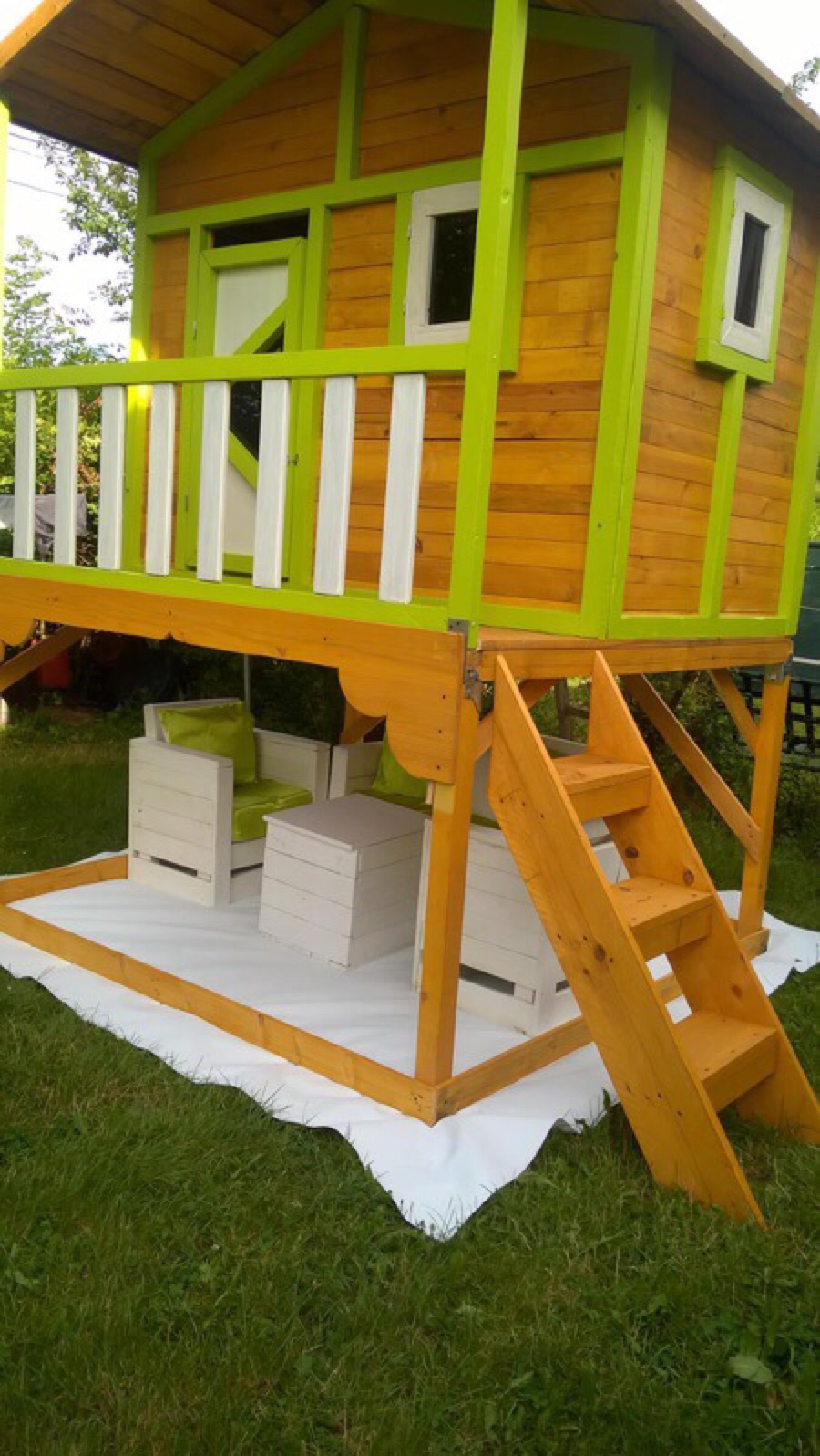 Little pallet play house for the childrendiy pallet for Backyard casita plans