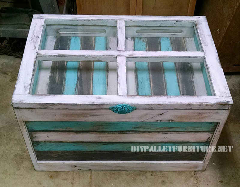 Glass table with pallets 4
