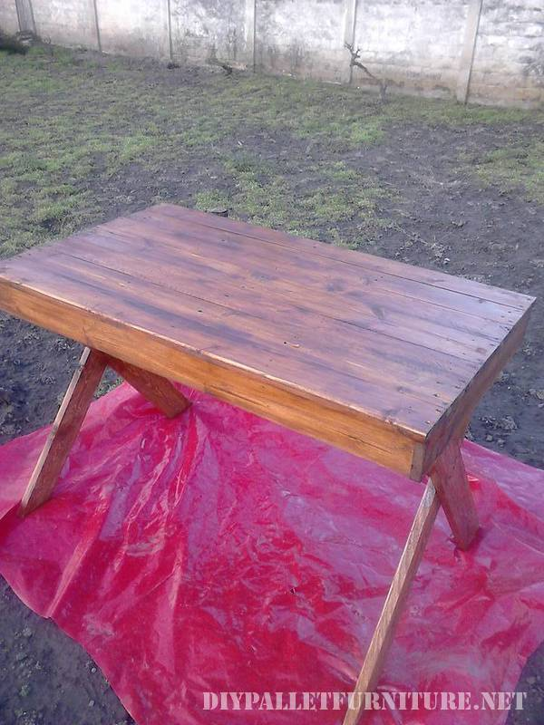Outdoor table with pallets 3
