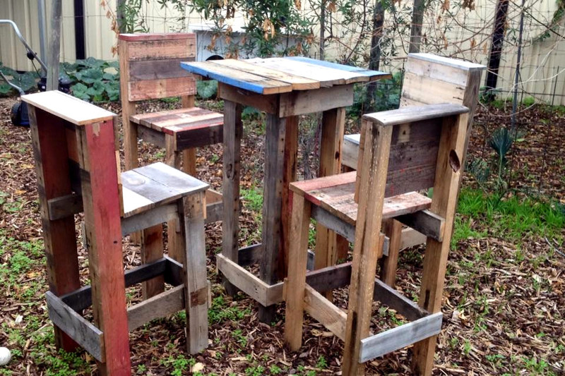 4 stools and a high table with pallets 2
