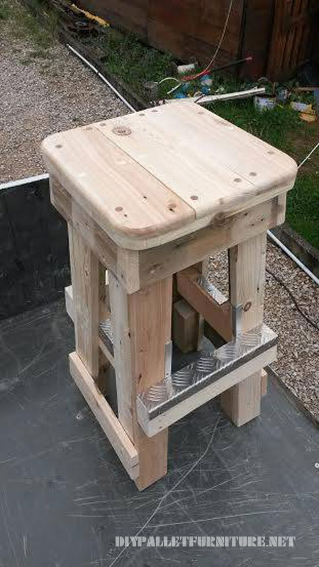 Pallet stools with footrests 2