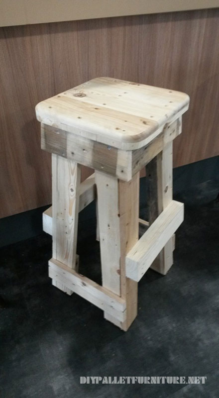 Pallet stools with footrests 4