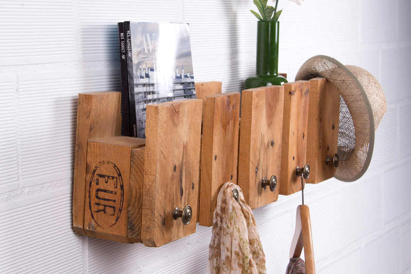 Simple coat rack with a pallet 1
