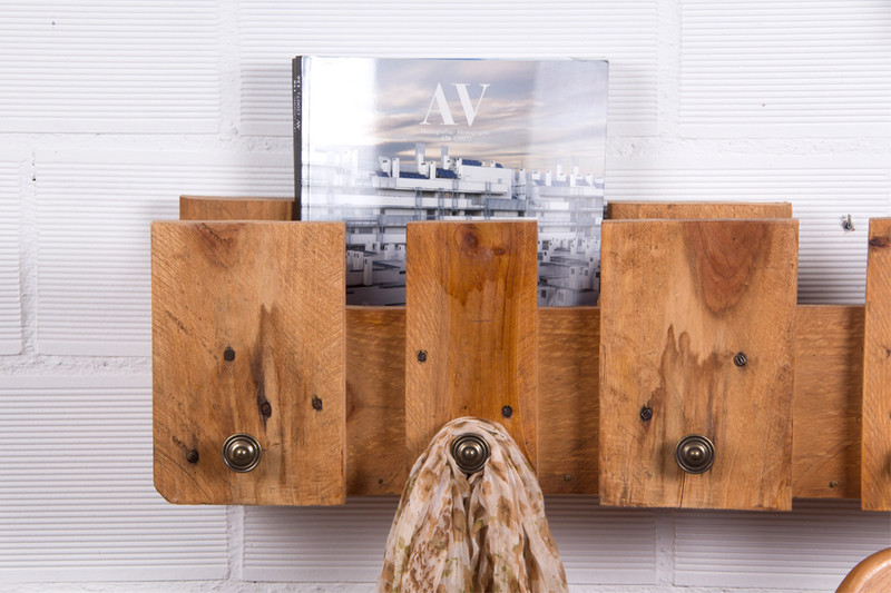 Simple coat rack with a pallet 2