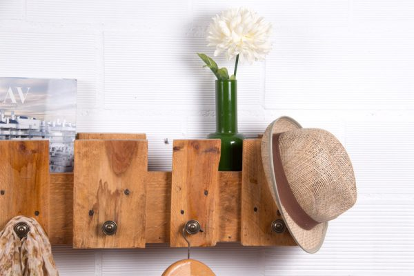 Simple coat rack with a pallet 3
