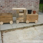 Toy train with pallets