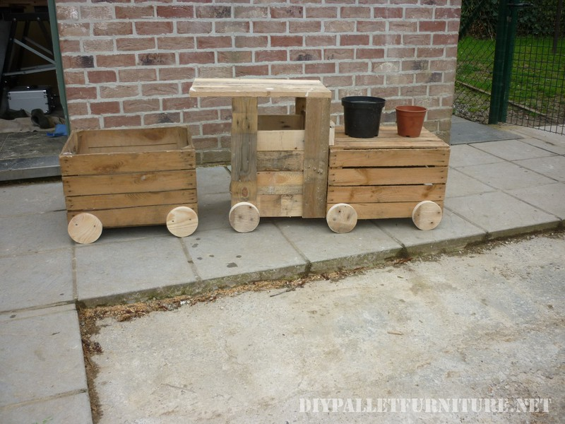 Toy train with palletsDIY Pallet Furniture | DIY Pallet Furniture