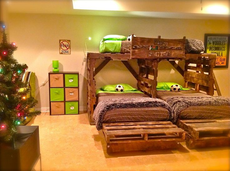 Triple bunk bed with pallets