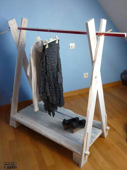 Clothes exhibitor with pallet planks 1