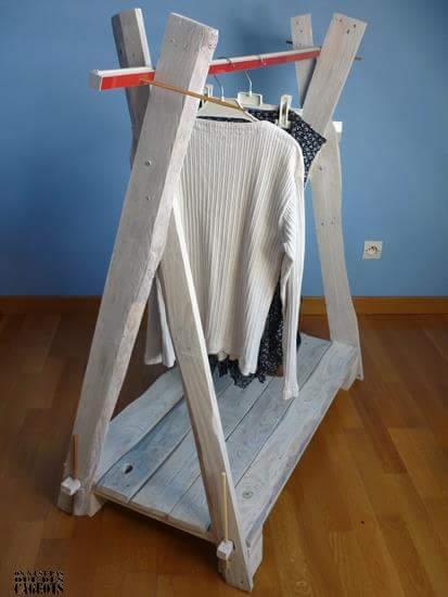 Clothes exhibitor with pallet planks 2