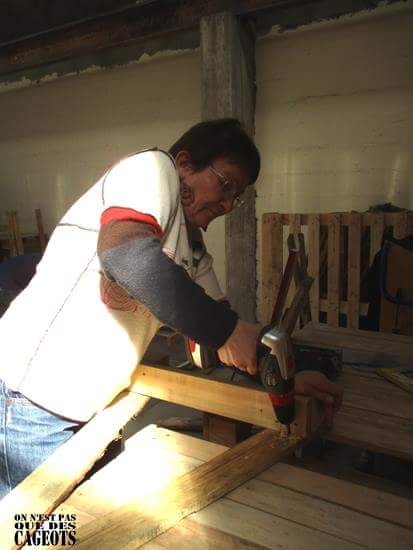 Clothes exhibitor with pallet planks 3