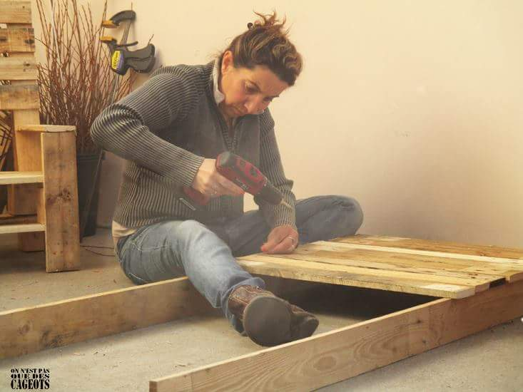 Clothes exhibitor with pallet planks 4