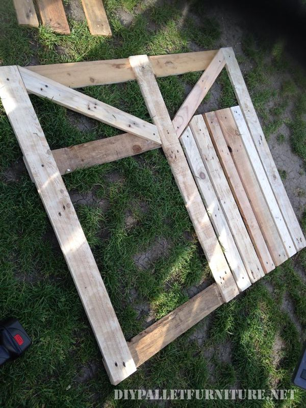 Door of an enclosure for the garden made with pallets 2