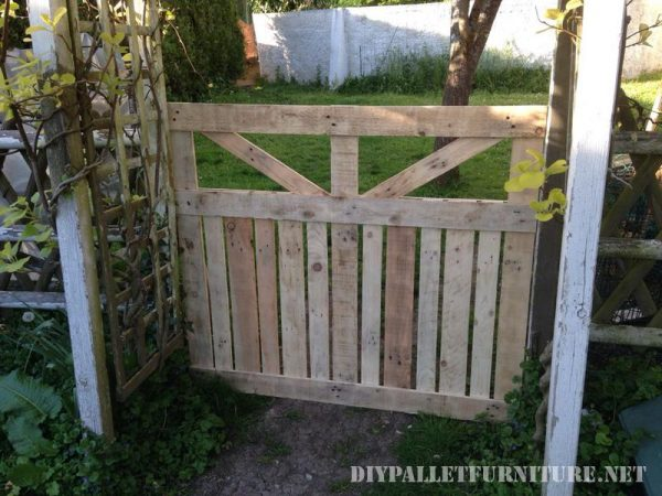 Door of an enclosure for the garden made with pallets 3