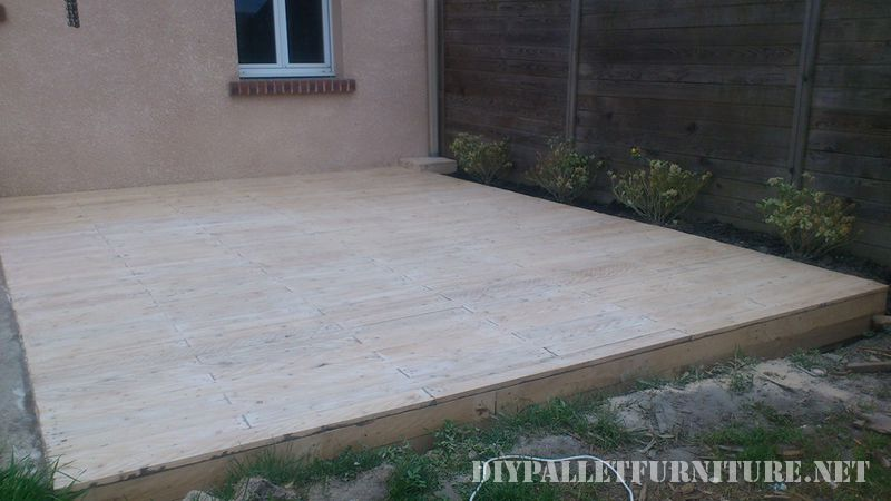 Outdoor platform with pallets 3