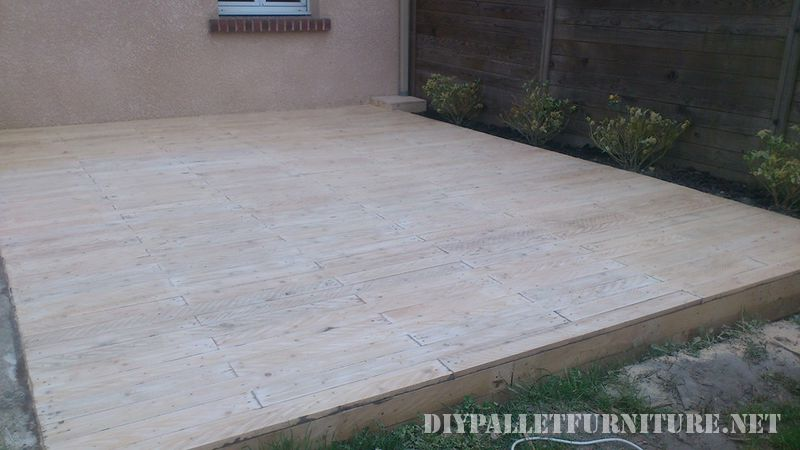 Outdoor platform with pallets 4