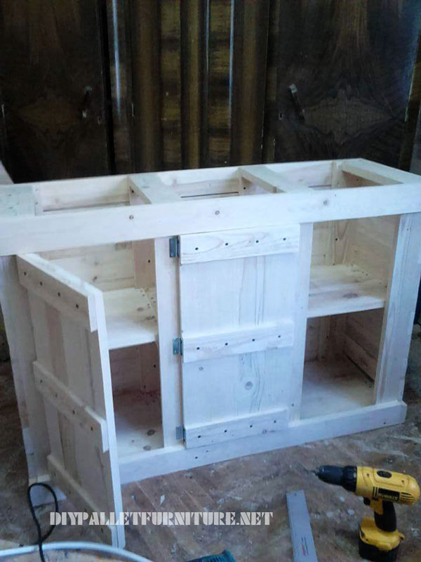 Small pallets cabinet with a triple door 1