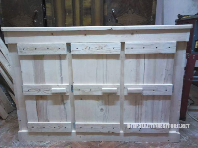 Small pallets cabinet with a triple door 2
