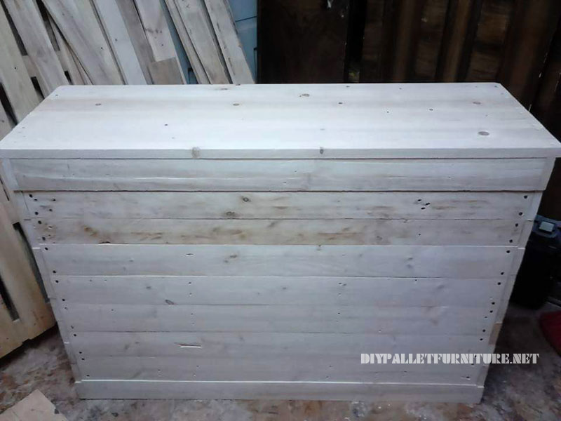 Small pallets cabinet with a triple door 3