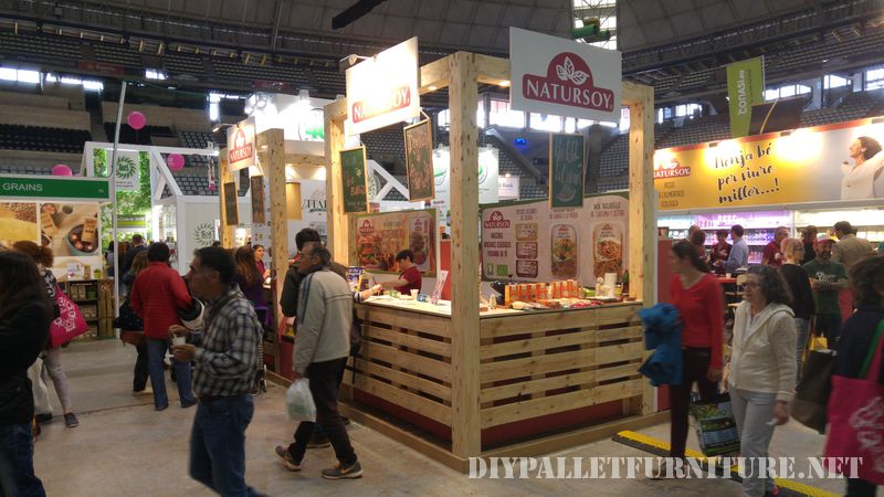 Stand at the fair Biocultura decorated with pallets 1