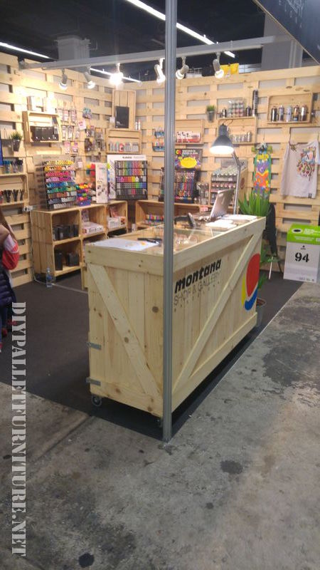 Stand made with pallets and fruitboxes 3