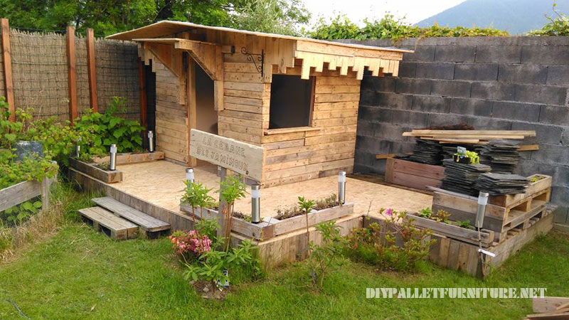 Children play house built with pallet planks 1
