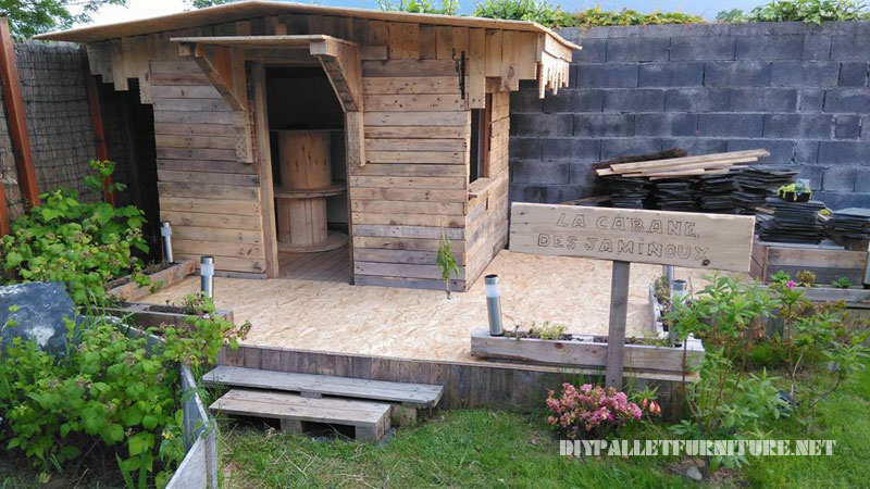 Children play house built with pallet planks 4