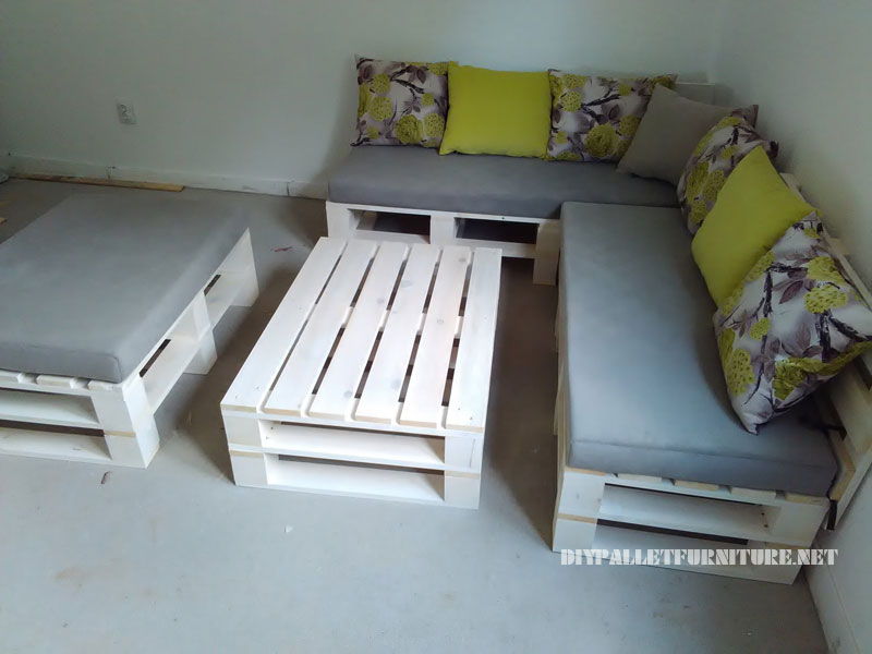 Pallet sofa, puff and table convertible into a bed 2