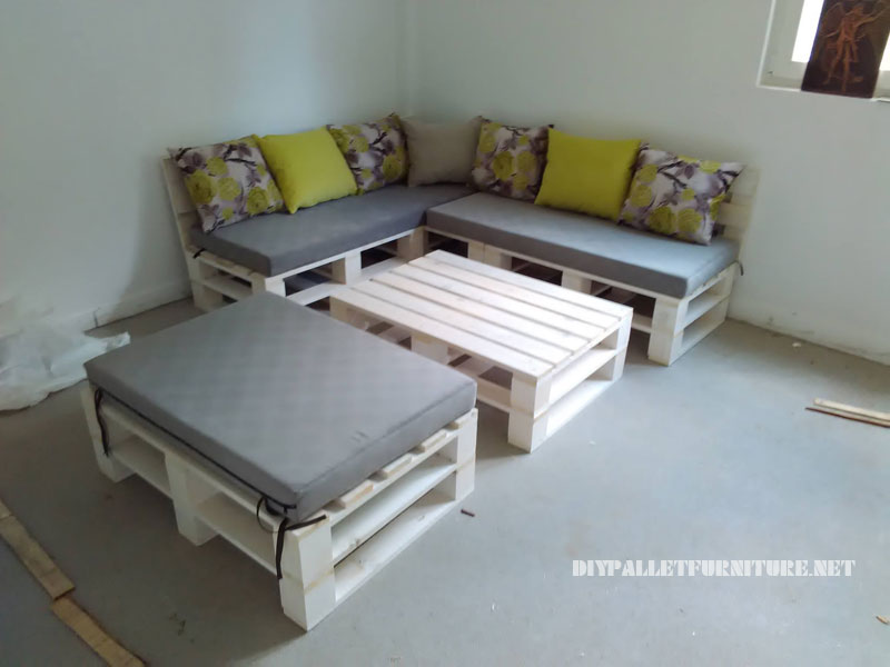 Pallet sofa, puff and table convertible into a bed 4