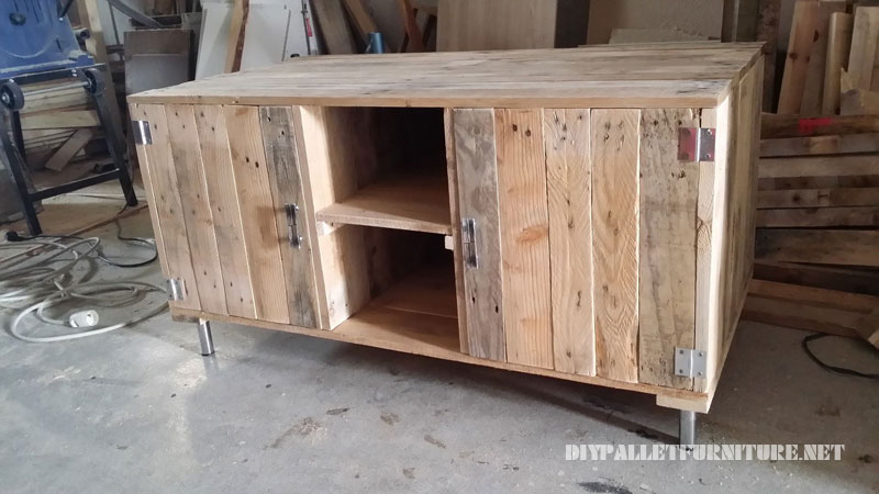TV cabinet with pallets 3