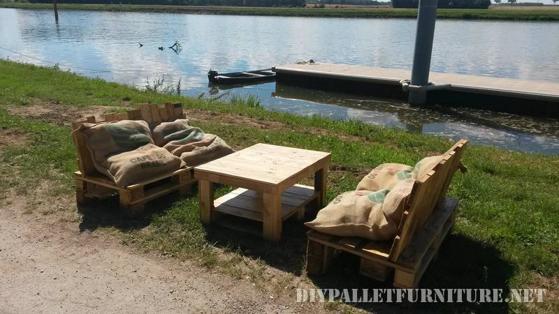 Outdoor sofas with pallets and bags 3