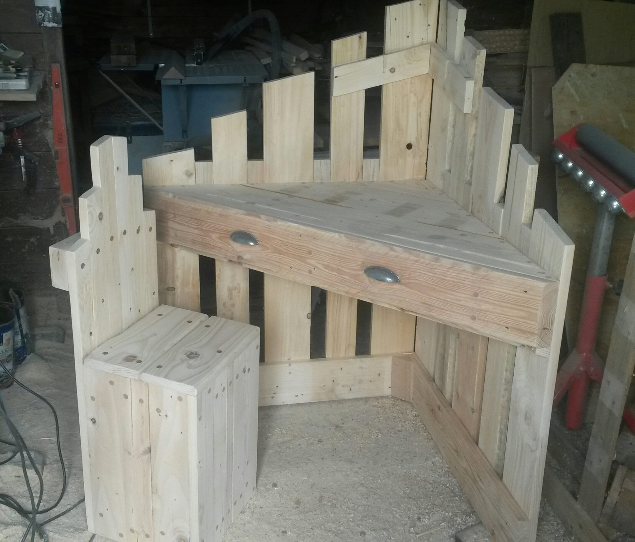 Small corner desk with pallets 3