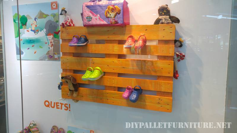 Storefront shoe shop decorated with pallets 2