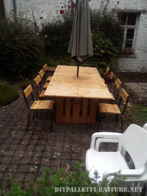 Table and chairs garden gazebo with pallets 4