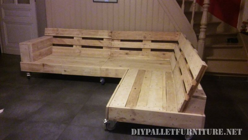 interesting-sofa-built-with-pallets-1