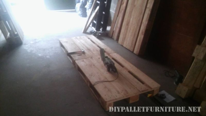 interesting-sofa-built-with-pallets-2