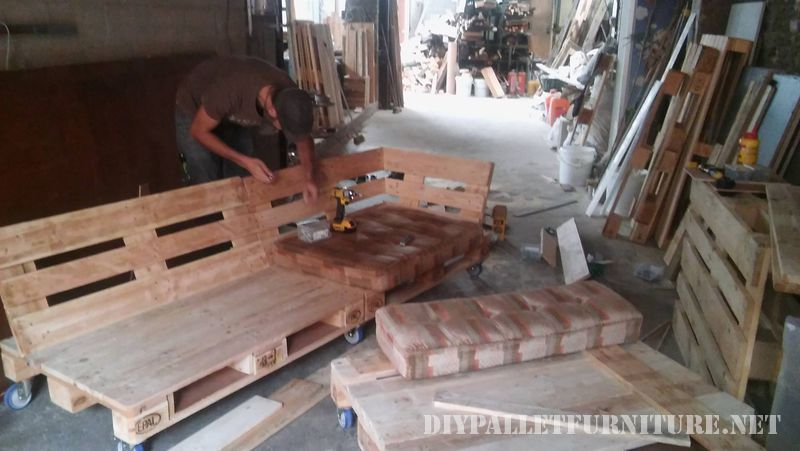 interesting-sofa-built-with-pallets-3