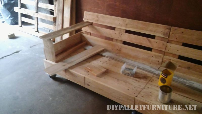 interesting-sofa-built-with-pallets-4