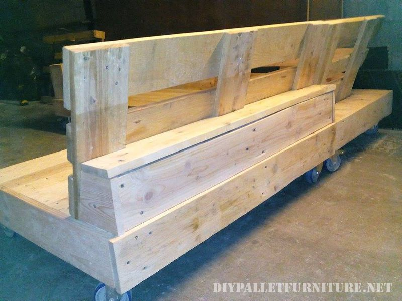 interesting-sofa-built-with-pallets-5