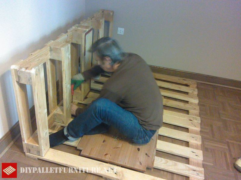 clothes-organizer-made-with-pallets-1