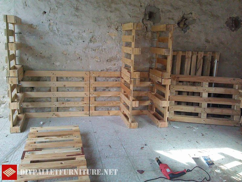 clothes-organizer-made-with-pallets-2
