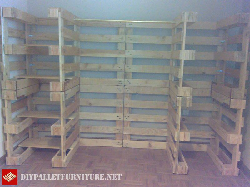 clothes-organizer-made-with-pallets-3