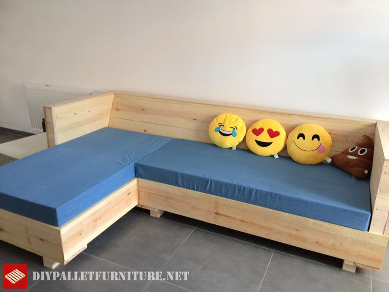 full-living-room-furnished-with-pallets-2