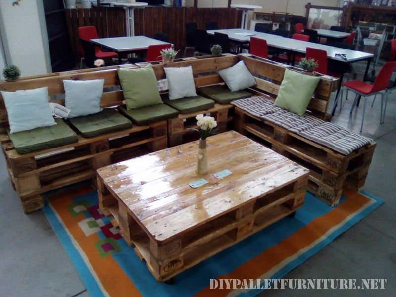 sofa-and-lounge-table-made-with-pallets-1