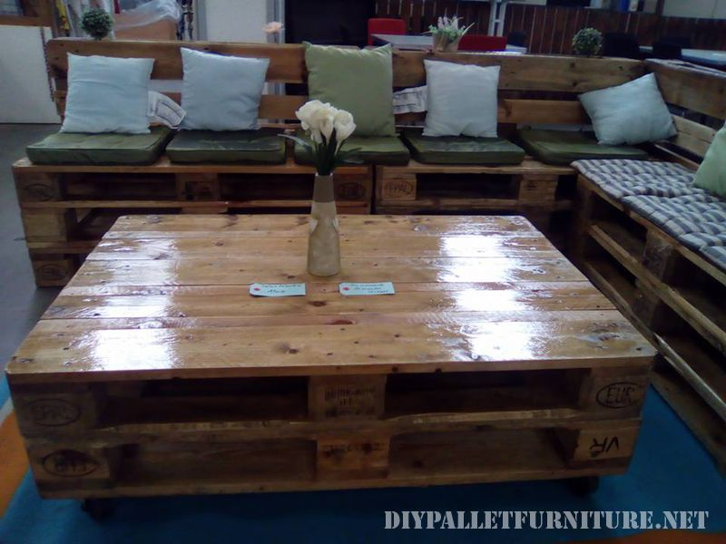 sofa-and-lounge-table-made-with-pallets-2