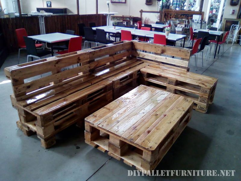 sofa and lounge table made with palletsdiy pallet. Black Bedroom Furniture Sets. Home Design Ideas