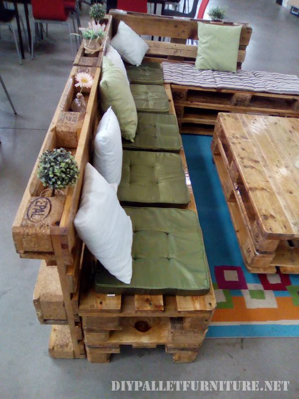 sofa-and-lounge-table-made-with-pallets-4