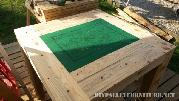 table-for-card-games-with-pallets-1