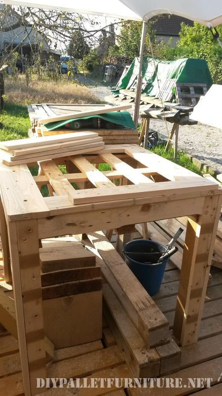table-for-card-games-with-pallets-2
